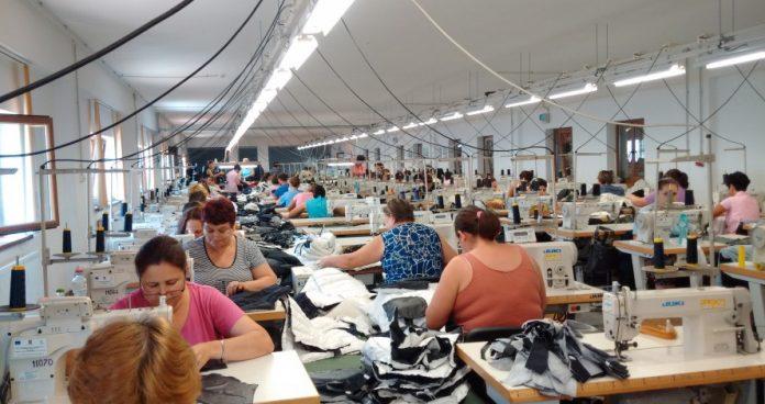 Angajații fabricii de confecții din Păulești au fost jigniți minute bune de omul care le plătește salariile. Foto: adevărul.ro