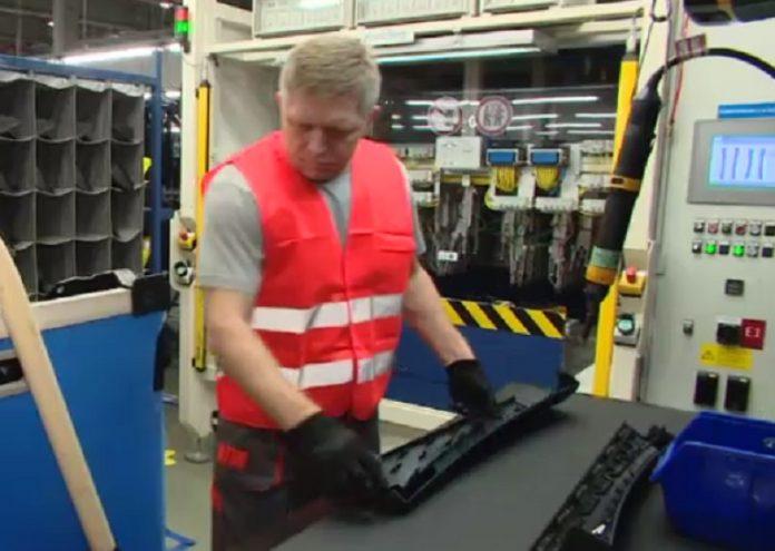 Premierul slovac Robert Fico a lucrat opt ore într-o fabrică de piese auto. Foto: Euronews