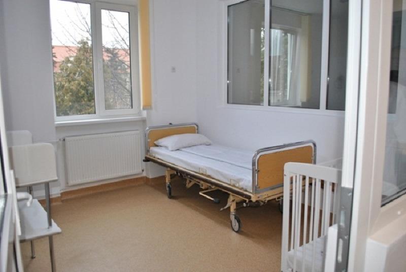 Părinții copiilor bolnavi de cancer petrec ore în șir pe un scaun, lângă patul de spital. Foto: Alba24