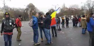 Câteva zeci de protestatari au ocupat încă de dimineață Piața Victoriei. Foto: GreatNews