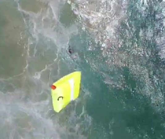 Drona a aruncat o plută gonflabilă. Foto: NSW Government