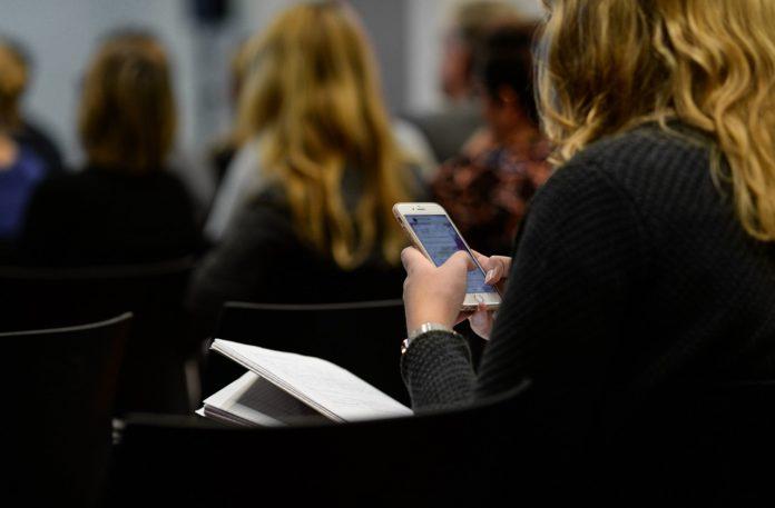 Noul regulament școlar 2018 prevede că elevii nu mai au voie cu telefoane la ore FOTO: Skitterphoto/Pixabay.com
