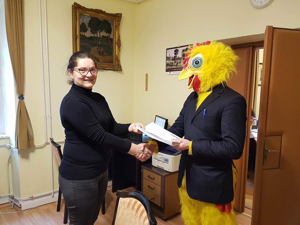 József Tichy-Rács candidează pentru un loc în Parlamentul Ungariei într-un costum de găină. Foto: Facebook