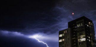ploi fulgere furtună oraș