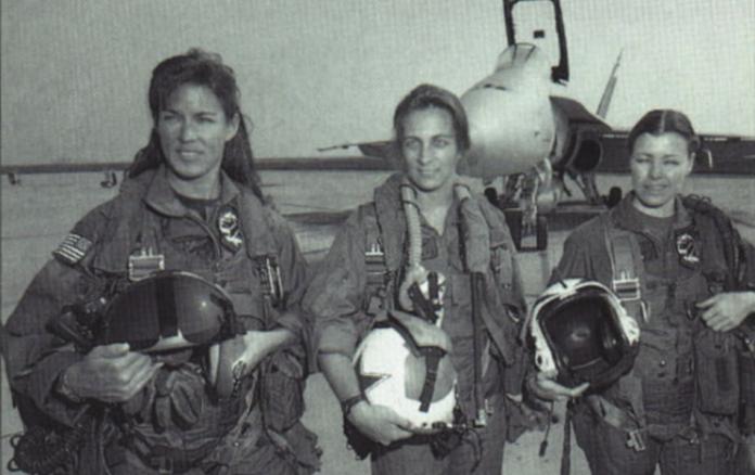 Tammie Jo Shults (prima din stânga) într-o fotografie din anii `80, perioadă în care era pilot pe avioane de luptă FOTO: All Hands/US Navy