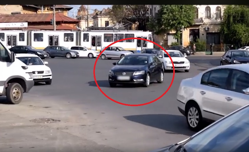 mașină parcată intersecție