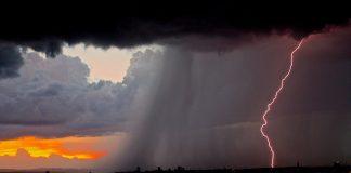 furtună fulger ploi
