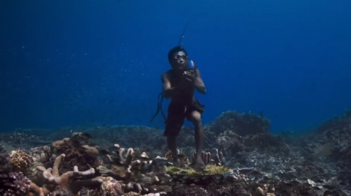 FOTO: Captură din documentarul The Story of Hunters Bajau Tribe