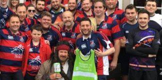 Bărbatul, cel cu maieu verde în mâini a încercat să obțină bani și dintr-o campanie de donații susținută de suporterii unei echipe Foto: AYLESTONE ATHLETIC RFC
