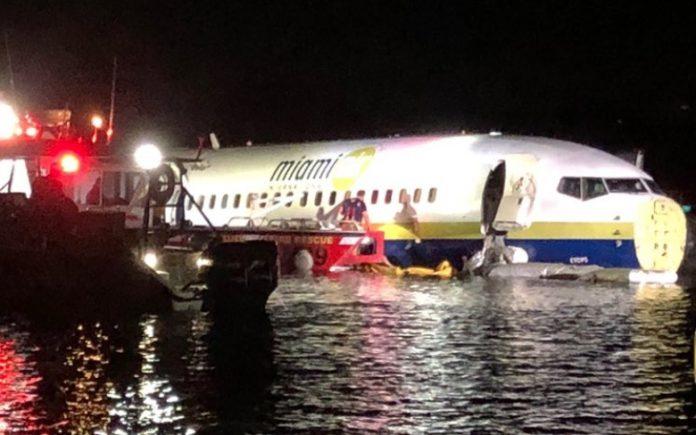 avion boeing râu apă