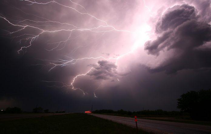 fulgere furtună nori negri