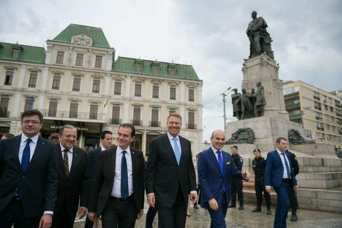 Klaus Iohannis a mers alături de mai mulți lideri PNL la pas prin centrul Iașului FOTO: Presidency.ro