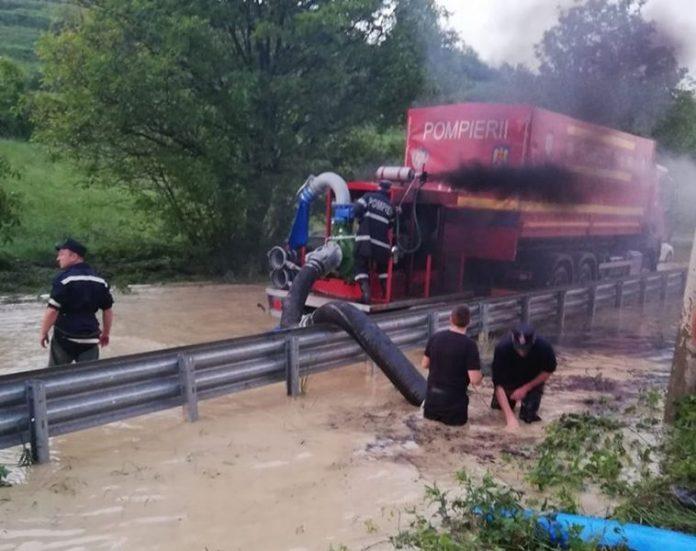 Cu apa până la brâu, prin noroaie, pe timpul zilei sau al nopții, pompierii au depus eforturi deosebite pentru a ajuta populația afectată de inundații