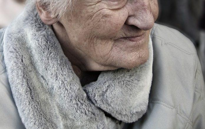 femeie bătrână