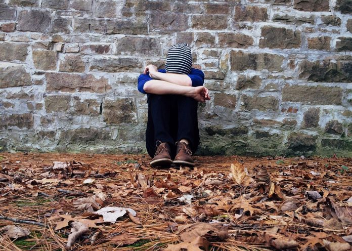 băiat deprimat singur