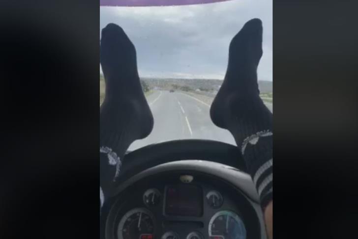 șofer picioare volan