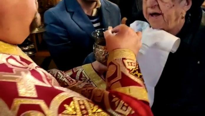împărtășanie împărtășire euharistie preot biserică biserica cult religie