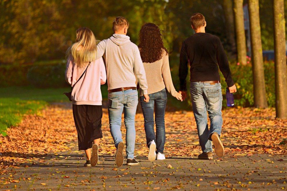 distanțare socială prieteni cuplu