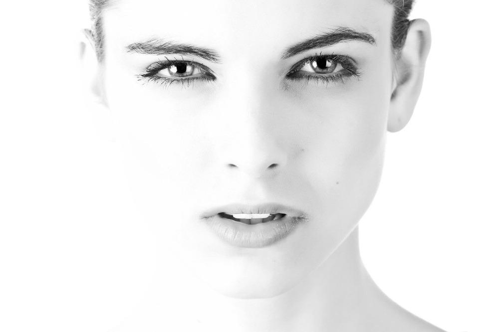 femeie piele albă