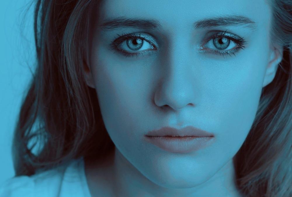 fată boală tristă trist