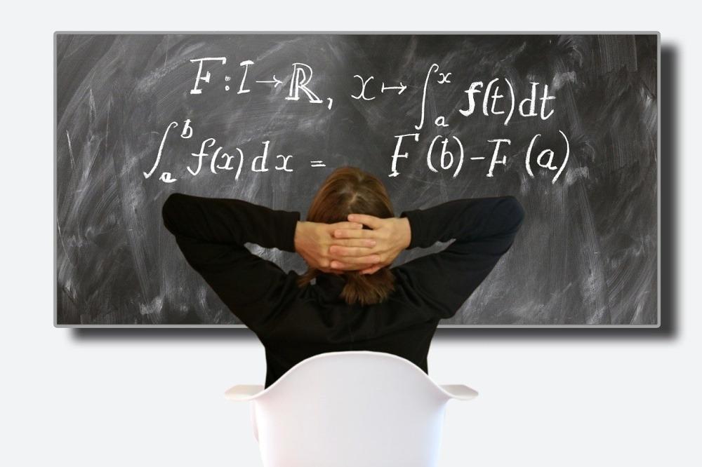 profesor școală tablă matematică