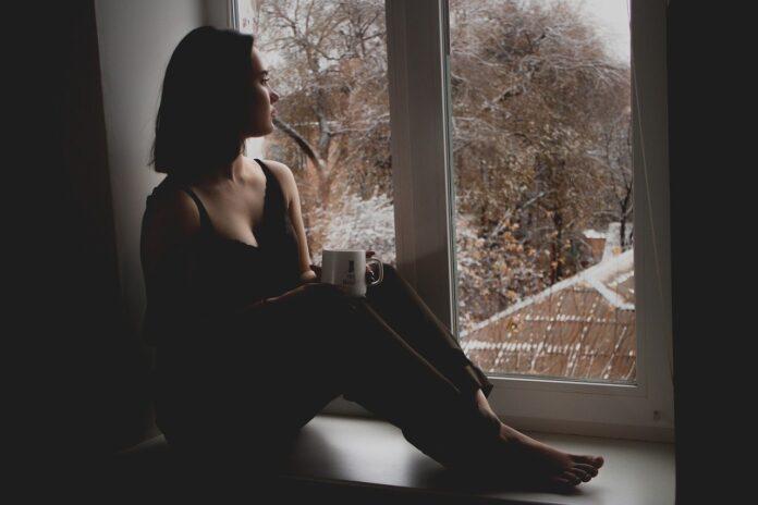 fată fereastră