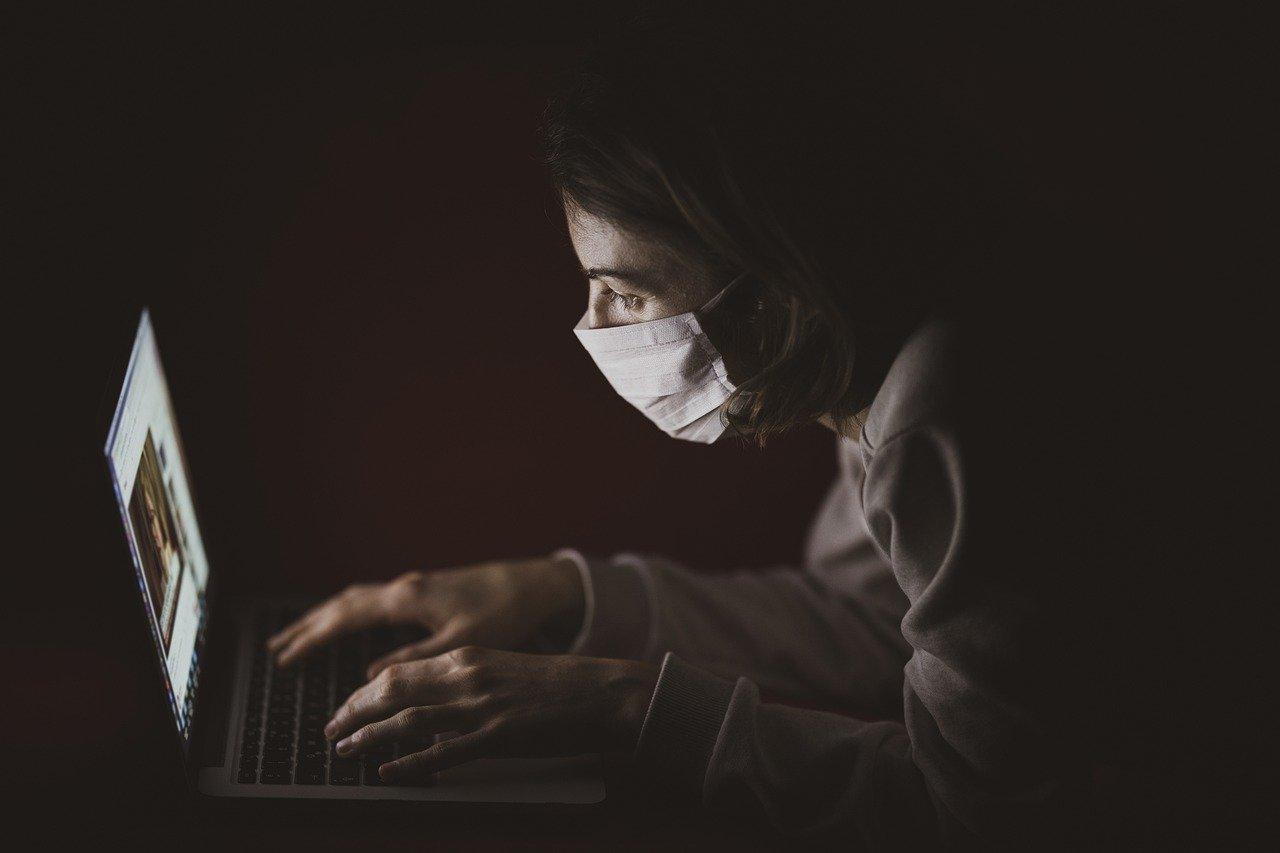 covid mască calculator laptop