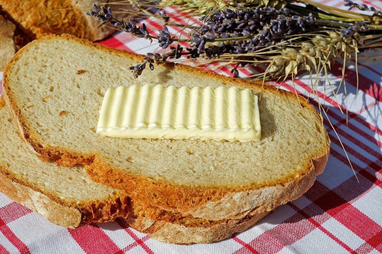 câte calorii are o felie de pâine cu unt