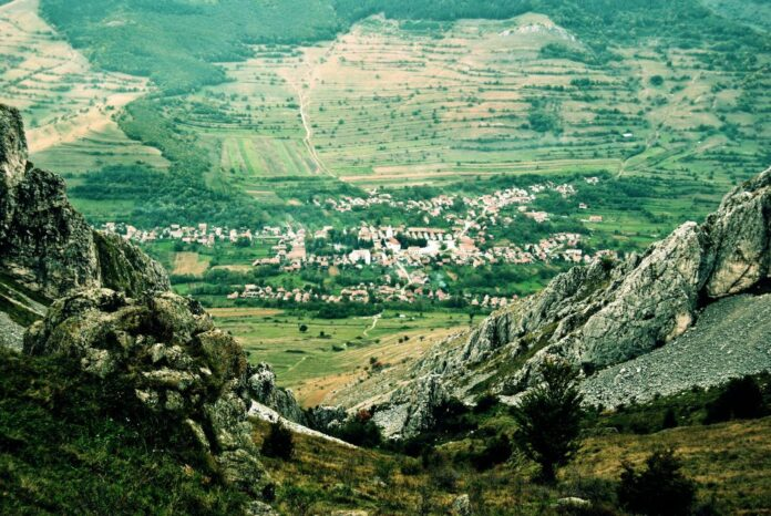 """Rimetea, satul în care """"soarele răsare de două ori"""" FOTO: Andrea Polereczky/Wikimedia Commons"""