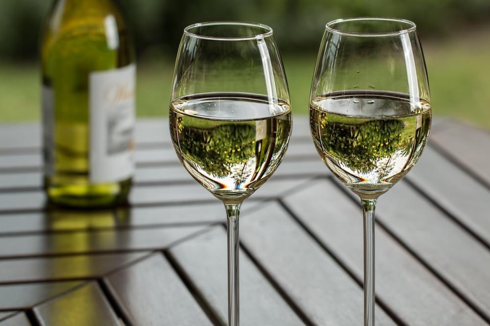 câte calorii are un pahar de vin alb