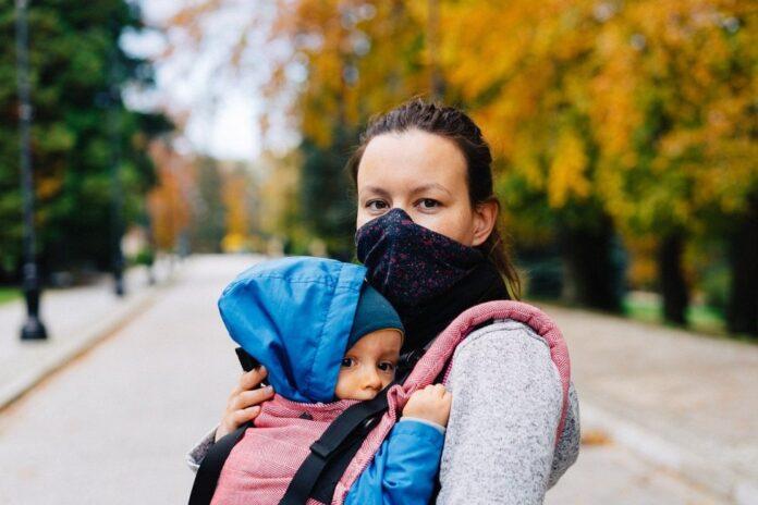 mamă bebeluș mască coronavirus